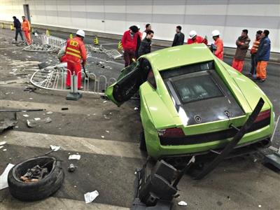 大屯路隧道内,事故现场百余米长的隔离栏被撞倒,事故一侧全是隔离栏以及车身的碎片。新京报记者 浦峰 摄