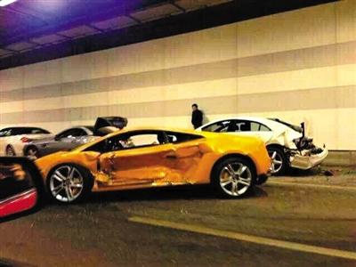 一目击者出示的照片显示,隧道内,事发时还停着多辆车,其中一辆黄色豪车车门明显内凹,另一白色车辆车尾损毁严重。目击者供图