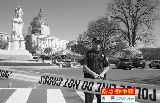 4月11日,差人在美国都城华盛顿国会山左近戒备。国会大厦西侧当天发作枪击,警方证明为一同他杀事情。 新华社