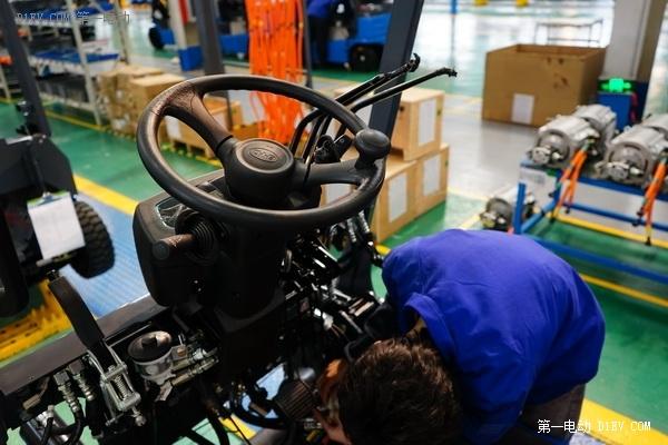 一款用豪华电动汽车经验技术造出来的叉车是什么样