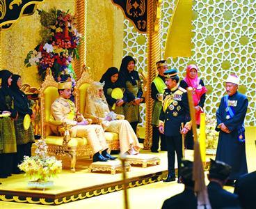 4月12日,文莱阿都马力王子与新娘拉比阿图艾达威雅在文莱都城努鲁伊曼王宫大殿举办谨慎成婚庆典。