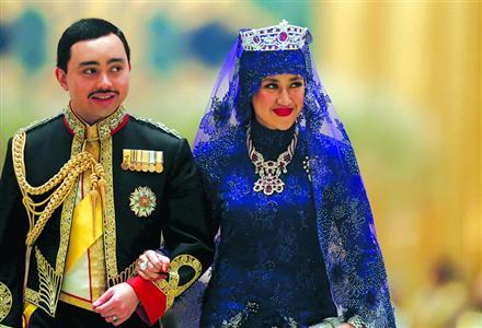 王子换上军事军服,新娘头戴红宝石皇冠,右手戴钻戒。