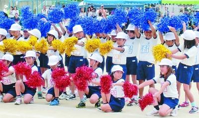 图为日本小学生参加集体活动.资料照片