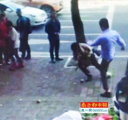 微博视频显现,抵触中,穿礼服的女子一脚将路边摆摊的阿婆踹倒。视频截图