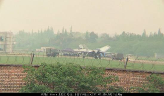 原文配图:2015号歼20原型机再次试飞。