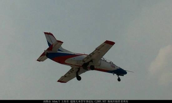 原文配图:国产教-8教练机试飞。