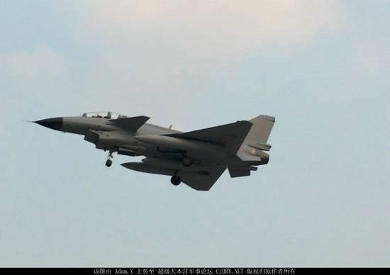 原文配图:歼-10S战斗机伴随升空。