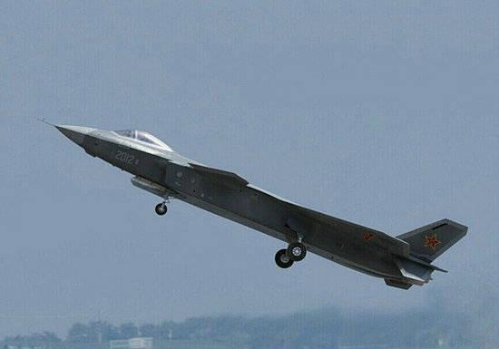 环球网图:2012号歼20战机成功首飞。