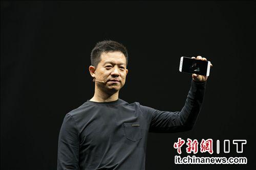 乐视创始人贾跃亭展示乐视超级手机1