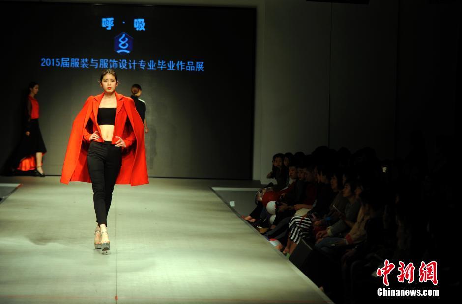 作品采用了传统纹样,手工刺绣,编织的表现手法;运用皮革,毛皮,雪纺多