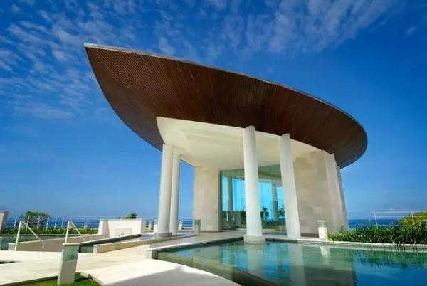 巴厘岛教堂婚礼一直是完美主义者的向往,那裏有无限延伸的海滩,那