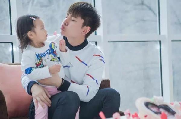 """贾乃亮亲吻甜馨,女儿""""耍酷""""不回应爸爸的热吻."""