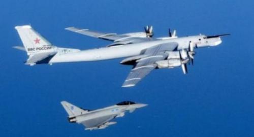 """资料图片:英国皇家空军台风战机""""护航""""迫近领空的俄国远程轰炸机图。"""