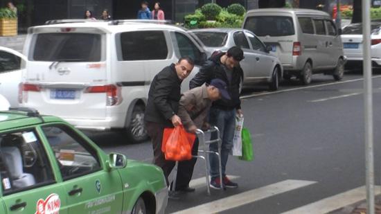 校园暴力扒衣_大爷公交车上看huang片,一车乘客不下车视频 _网络排行榜