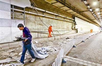 隧道墙面被撞坏百余米 摄影/本报记者 郝羿