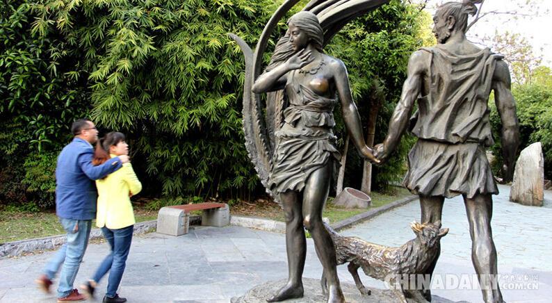 雕塑部分区域被游客摸得蹭光发亮。