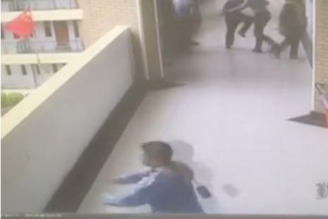 五年级男生不满教师分组 冲出课堂从4楼跳下(1)