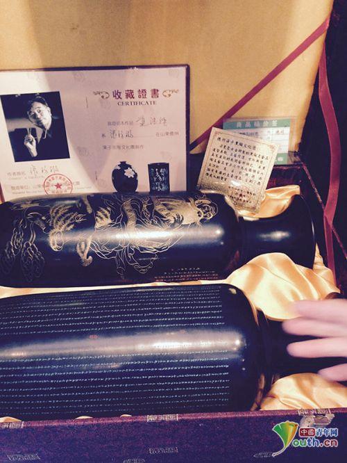 """梁子黑陶自制的""""国礼""""证明卡片就放在黑陶工艺品包装盒里。中国青年网记者 宿希强"""