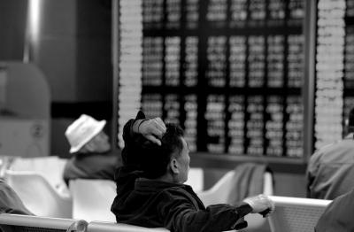 昨天,股民在证券营业厅看盘。京华时报记者陶冉摄