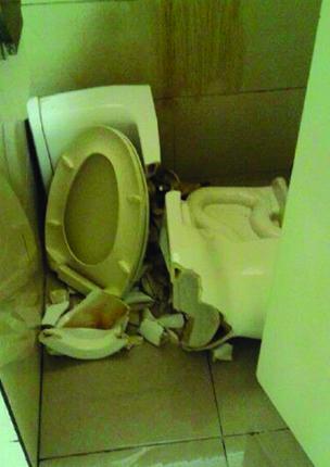昨天,一男性游客在合肥新桥机场候机楼洗手间便其时,马桶忽然崩塌碎裂,女子屁股也被划伤。当事人与火伴称是站在马桶上便当发作意外,伤口包扎处置后他们乘坐航班分开机场。