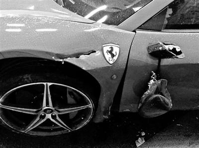 于某驾驶的法拉利车门损毁