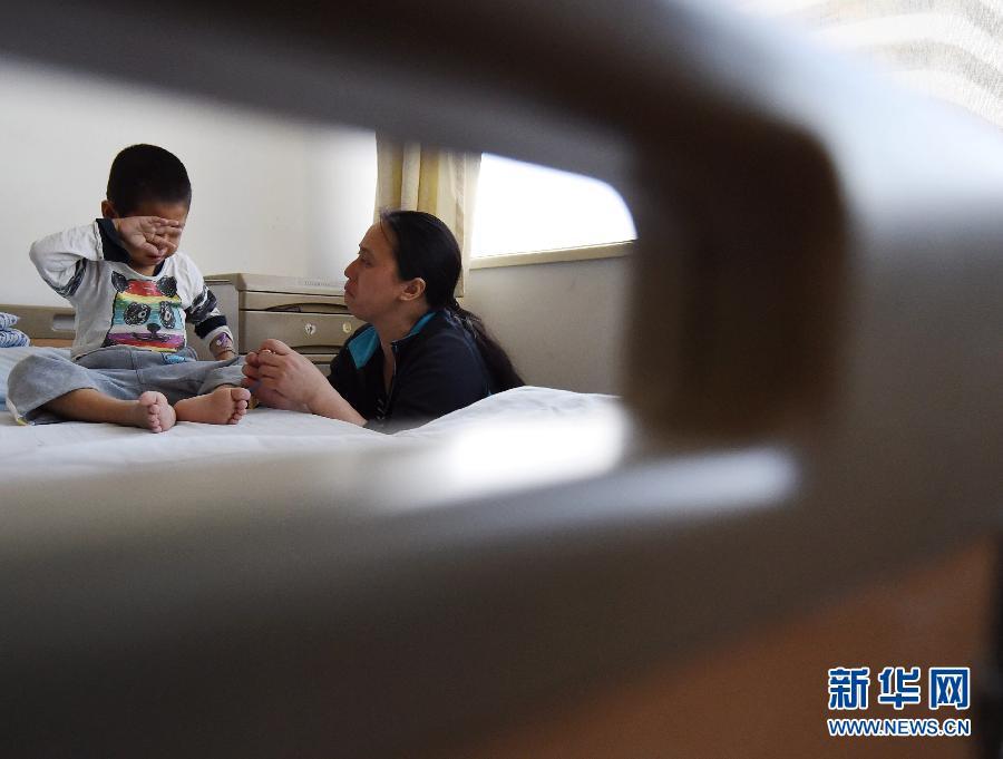 4月16日,小体政与母亲在病房里。当日,天津市第一核芥蒂院为5岁少年小体政停止二次亲体肝移植手术。