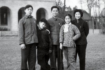 20世纪50年代,舒同与家人合影(左起关关、安安、舒同、均均、舒同夫人)。