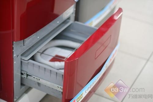 这款卡萨帝的XQGH80-HBF1406滚筒洗衣机,采用了多层复式设计。上层的滚筒洗烘衣物,而下层的容纳盒具有负离子杀菌功能,可将洗完的衣物放入全方位灭菌,保护你的皮肤健康。