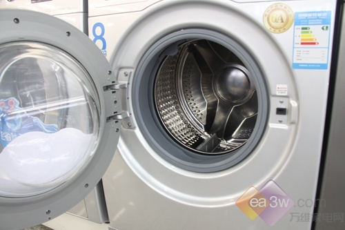 """在滚筒方面,三星独家的钻石型内筒,桶壁柔和细腻,呵护衣物防止磨损。搭配着""""泡泡净""""技术,从洗涤刚开始,就让衣物沐浴在泡沫之中,不仅增强了洗涤下过,也比普通的洗涤方式省时39%,免去你焦急的洗衣等待时间。"""