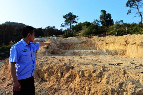在海口镇洋坂村的山头上,布满密密麻麻的墓穴,最大的一座墓,占地800平方米,周边大片林地被破坏。旁边还有数十座墓穴在开挖和修建。图为福清森林公安民警在调查一座占地800多平方的墓穴。