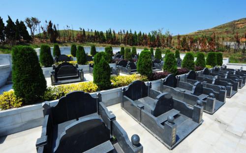 在福清市海口镇晨光村记者看到,一座占地3000多平方米的豪华私家陵园矗立在村子山头上。调查组工作人员介绍说,这是他们见过的面积最大、最豪华的私人陵园,估计至少造价200多万元。当地村民说,这座私人陵园建于2010年,园内共设有26个活人墓基位。