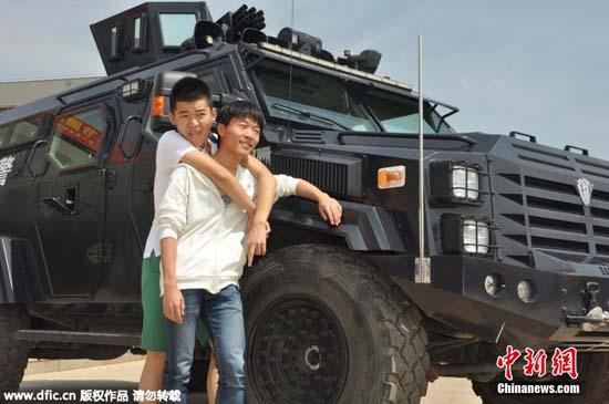 虎装甲车开校园