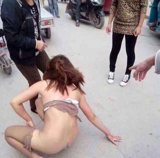 """【相似案子:警方对参加者备案考察】2014年10月10日,濮阳县一男子疑被当做""""小三""""遭当街扒衣群殴。参加群殴的4名男子,警方以强迫猥亵、羞辱主妇罪列为刑事案子;2014年8月5日晚,郑州某赆赀门口,一疑为""""小三""""男子被当众扒光衣物。被扒衣男子末了以""""在大众场所侮辱别人""""将打人者告上法庭。"""