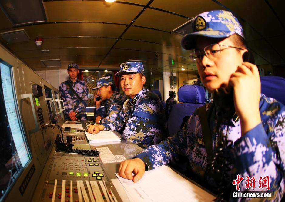 4月,海军第二十批护航编队在奔赴亚丁湾、索马里海域途中,开展了联合反海盗演练。据编队指挥员、东海舰队副参谋长王建勋介绍,自4月3日编队起航以来,他们航渡一路,训练一路,先后组织了护航多个科目针对性强化训练,进一步提升了遂行任务能力。中新社发 代宗锋 摄