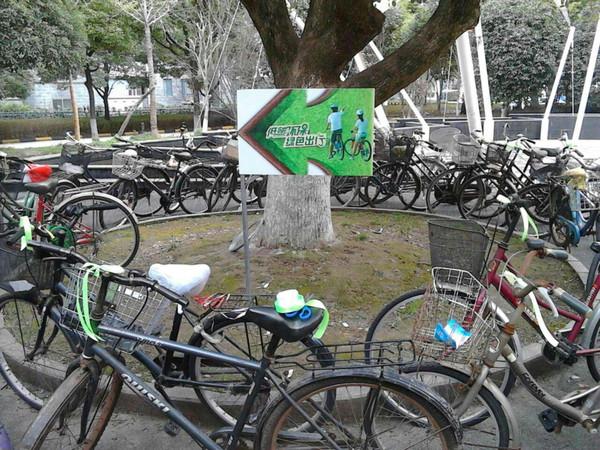 低碳环保绿色行,自行车行为艺术造型图片