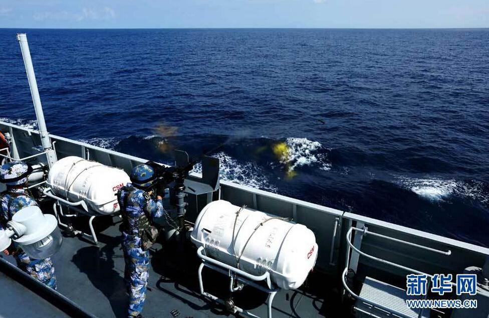 海军随舰特战队员进行重机枪射击训练。曾涛