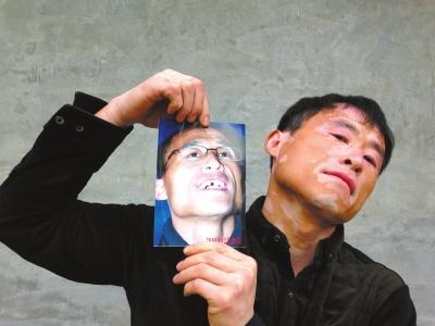 出狱后,贾相军第一时间拍了张照片,记录其门牙缺失的状态。京华时报记者李显峰摄
