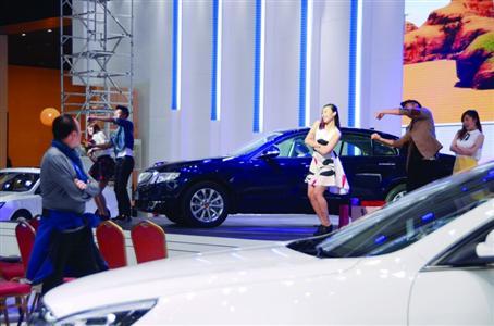 上海车展取消车模,帅哥美女变身表演嘉宾卖力彩排。 /CFP