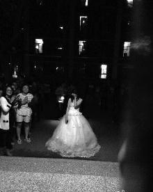 18日更阑11时20分,在东南大学发作了如许一幕:一位23岁女孩穿婚纱在男朋友宿舍楼下求婚。过后,27岁男朋友示意很打动,见证此事的人也都祝愿这对情人。有网友得知此过后示意,见过男生女生楼下求婚的,女生如许高调求婚,还真罕见。