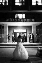 23岁女孩斗胆示爱 穿婚纱在男生楼下求婚