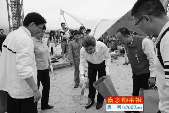 昨天下半晌的父亲梅沙海滨清洁举触动中,分管城管工干的深圳市副市长刘庆生等带头在父亲梅沙海滨公园沙嘴上清算渣滓。