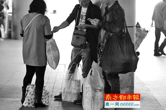 4月13日午时,罗湖囗岸出闸口,水货客忙着买卖。南都记者 徐文阁 摄