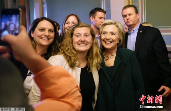 当地时间2015年4月15日,美国爱荷华州,美前国务卿希拉里展开竞选,与民众亲切交谈。