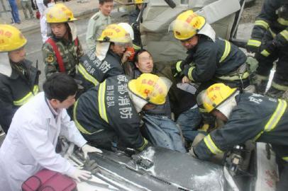 前排伤者被救出。