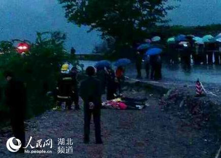 死亡20人_湖北恩施大巴翻下高坡致5人死亡20人受伤