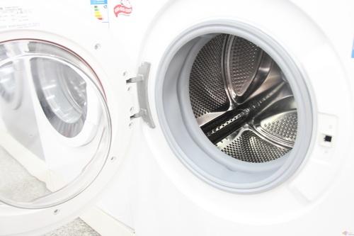 """在滚筒方面,采用了双层舱门的设计,有效避免了高温洗涤时的烫伤隐患。这款洗衣机的滚筒直径扩宽了30MM,深度增加了20MM,达到了滚筒洗衣机的""""黄金容量"""",在洗涤容量上极具性价比。"""