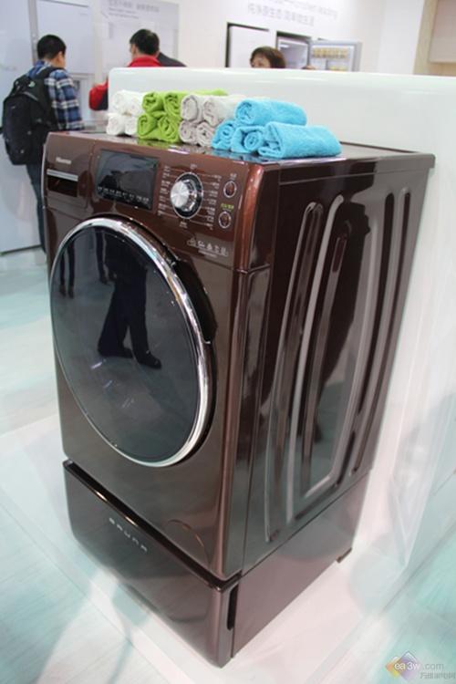 """海信XQG90-H1202FZ洗衣机采用复式滚筒设计,机身""""高挑""""、做工精致尽显华丽高贵,巧克力色的使用使洗衣机流露出温馨、甜蜜之感,让人觉得亲切。超大门窗的设计既增加了洗衣机的美观度,有方便了人们洗衣。"""