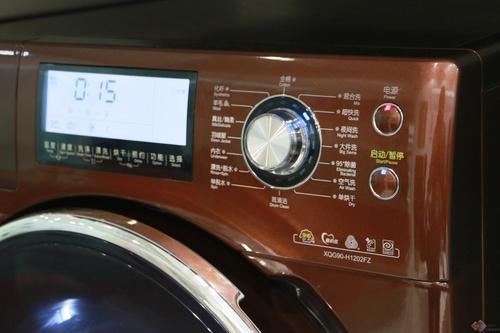 洗衣机的控制面板简洁有序,布局合理,操作方便,洗涤程序丰富多样。这款产品配有超大液晶显示屏,根据不同功能模式会有对应显示界面。用户在洗涤过程中,查看显示屏了解实时的工作状态。