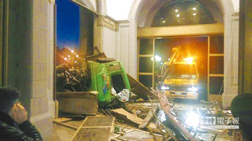 材料图:事发其时,马英九办公室前保护平安的4道关卡:铁雕栏、挡车柱、地虎闸和门路全被打破,车子末了撞上防弹玻璃大门才停下。(图自台湾《国家时报》)