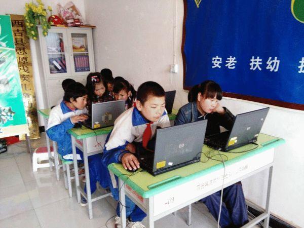 孩子们认真学习如何操作电脑